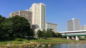 ひょうたん池から兵庫島と二子玉川駅を望む