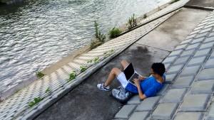 優雅に鶴見川をのぞみつつNORAする筆者
