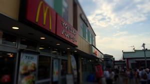駅前のマクドナルド