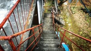 朽ち果てた階段!