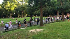 新宿中央公園でポケモンGoに興じる人たち