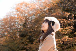 秋の紅葉とロシア帽の女性 [モデル:Lala]
