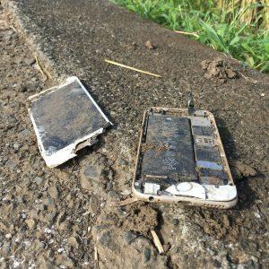 朽ち果てたiPhone